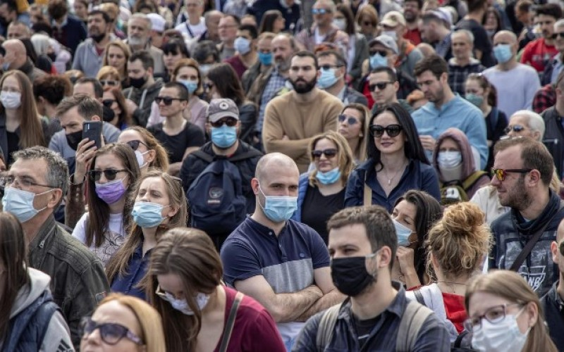 प्रदूषण रोक्न सर्बियाली संसद समक्ष हजारौं व्यक्तिले यातायात अवरुद्ध गरी विरोध